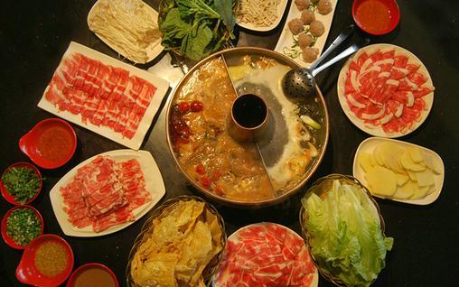 老北京涮羊肉火锅的起源实在太多,小编也弄不清哪个是真的.