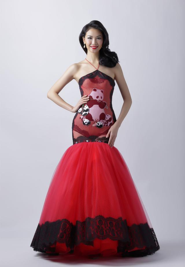 中国小姐李珍颖,这套礼服以中国红和熊猫为元素,凸显了东方女性的柔美