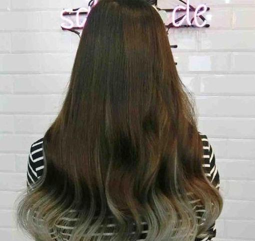当大波浪和染发搭配效果更惊艳,浅灰色挑染让长发看起来更加唯美.图片