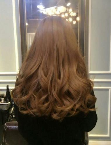 高调靓丽的金棕色,是很多欧美欧美女性的最爱,有一头金棕色头发会显得