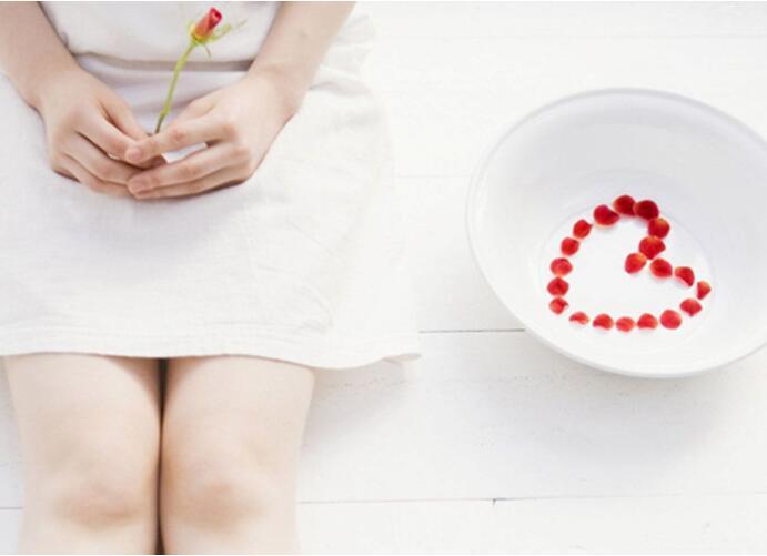 月经期间有血块图片_月经有血块是怎么回事