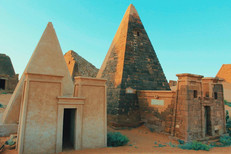 我独自走向那些金字塔.埃及金字塔享有盛名,苏丹金字塔却鲜为人知.