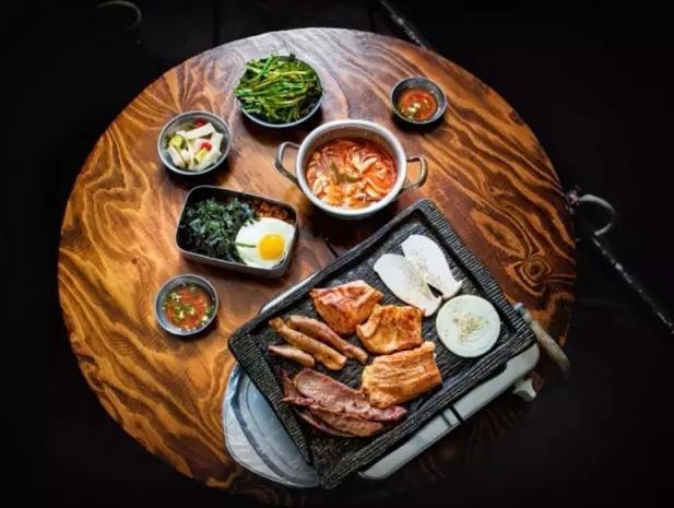 韩国弘大人气美食店,可以无限续添的牛小肠专门店