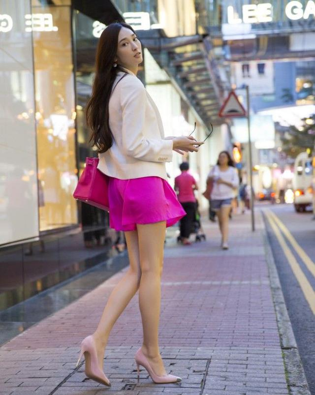 吴佩慈的屄屄搞的好爽_吴佩慈当街换鞋,美脚搭配高跟鞋比唐嫣还美?