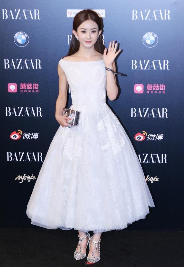同样是白色礼服,赵丽颖清新脱俗,baby高端大气!