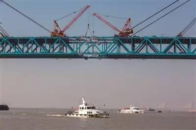 它是世界首座跨度超千米的公铁两用桥,桥址北岸为南通通州区平潮镇