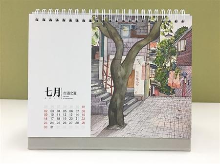 女白领手绘重庆老街,将其制成明信片和台历