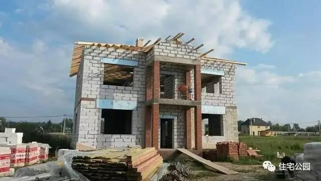 屋架选用的是木结构,做坡屋顶,还要加一层保温层.