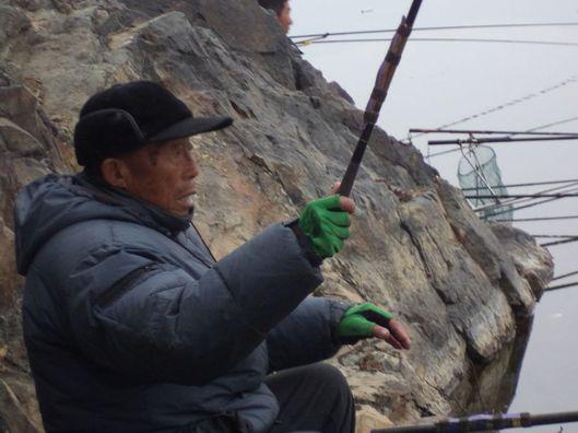 85岁高龄的老人也来钓鱼,旁边的人都看他表演!