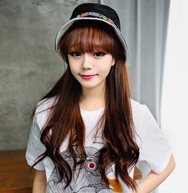 中分的棕色染发长卷发发型,很有女人味的一款韩系烫发发型,波浪式的图片