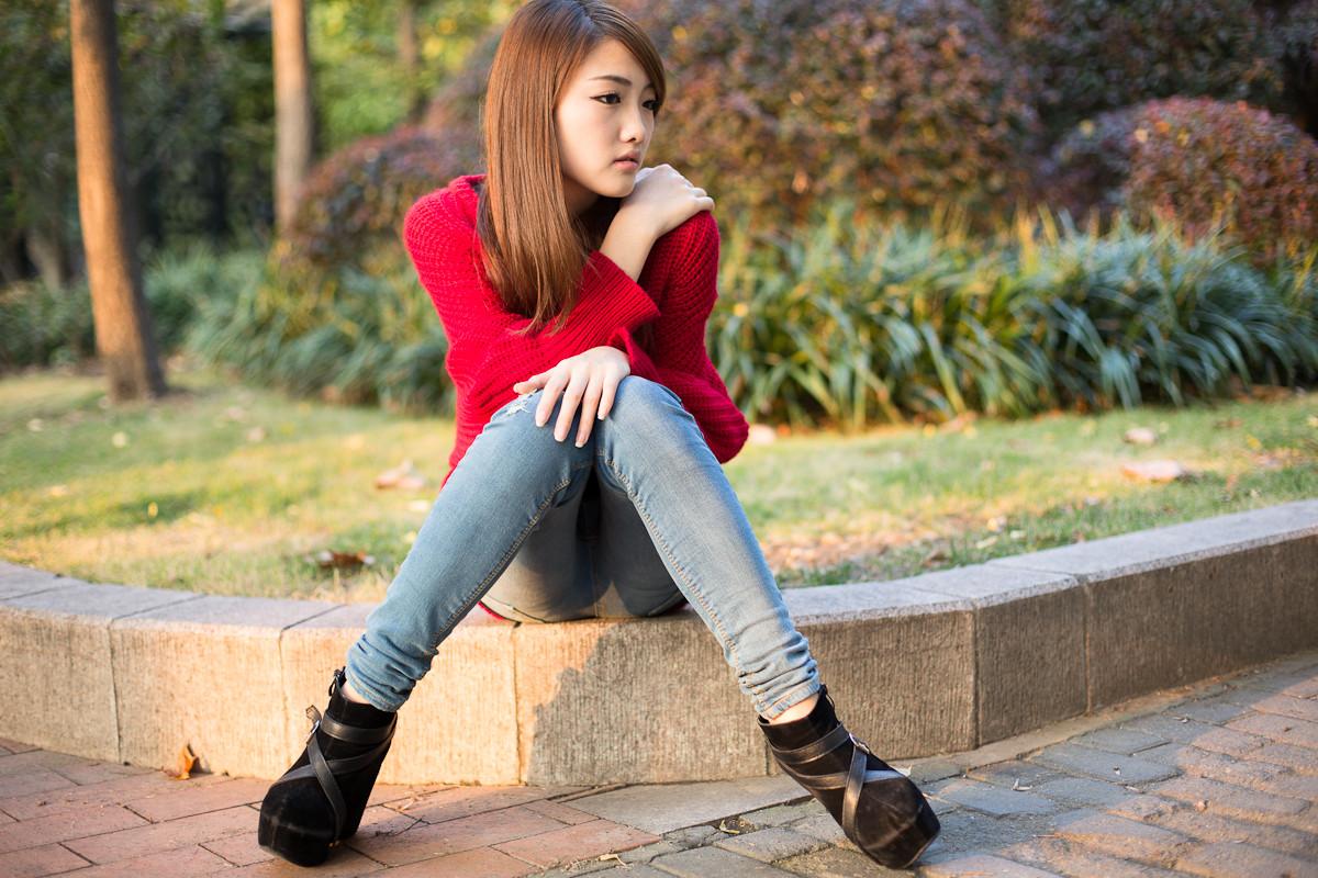 姑娘_长发飘飘的红衣美女姑娘在户外自拍很美!