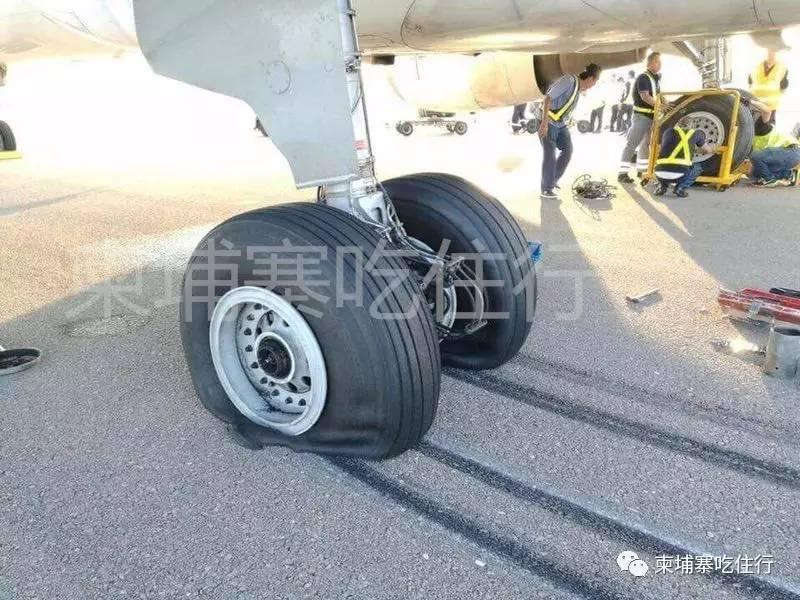 一架载有100多名乘客中国飞机,在暹粒国际机场降落时爆胎