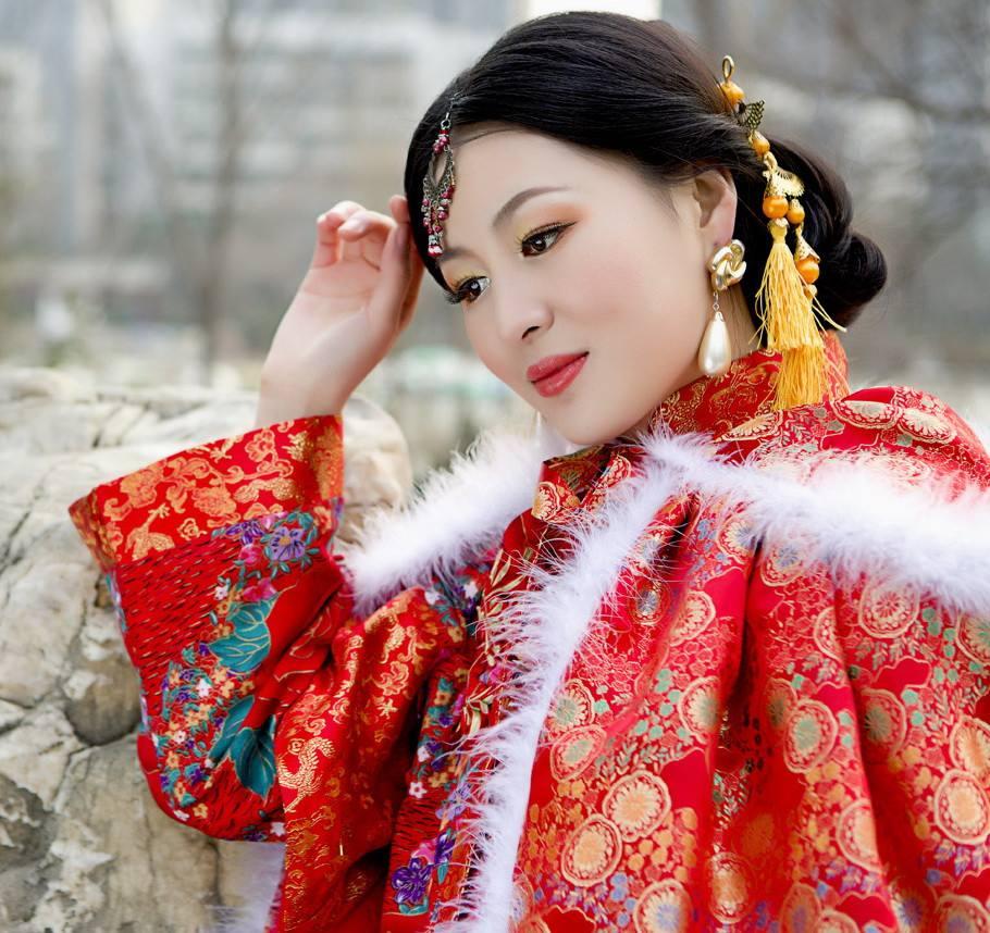 寒冷冬天美女旗袍秀,瞬间感觉温暖万分