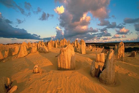 样遗留了下来,石灰石是由海洋中的贝壳演变而成的.雨水将沙中的石