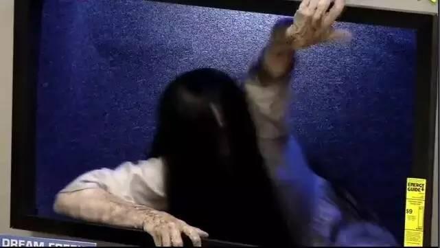 商场电视机里爬出了贞子.图片
