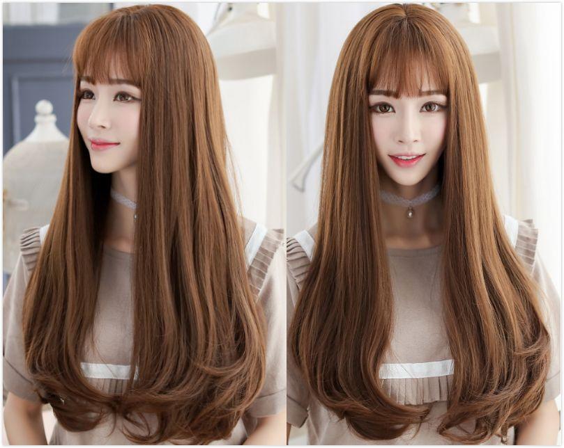 自然棕的中长发在发尾有些内扣的处理设计,让整个造型看起来更加软萌