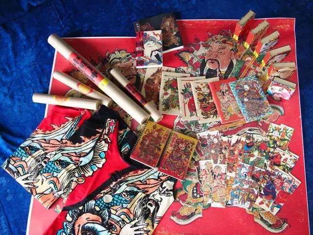 将中国民间美术与工艺化身为各项创意产品,例如大过新年海报书,结合图片