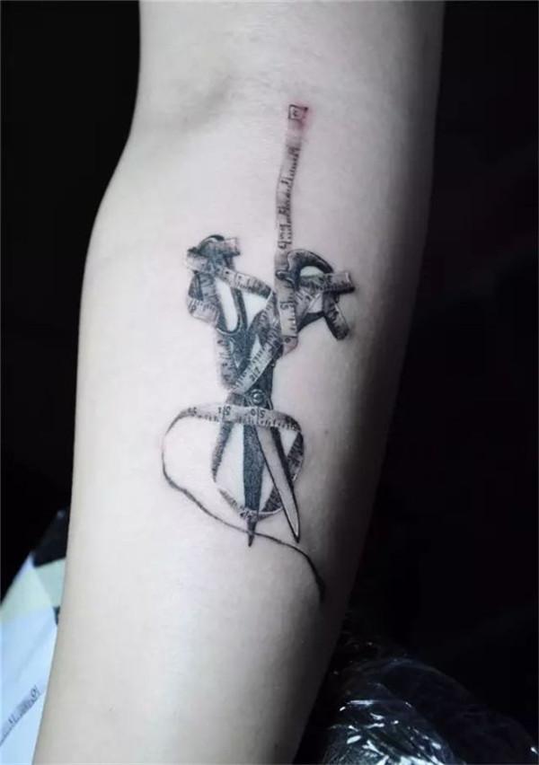 如果你是一个发型师 如果你也爱好纹身 如果你正想尝试纹身 责任编辑