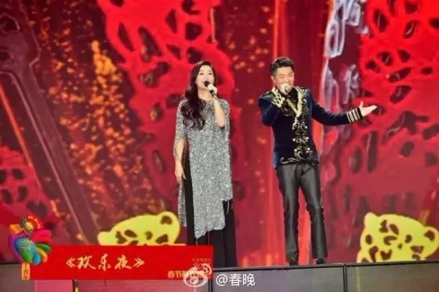 34、歌曲《不忘初心》   韩磊和谭维维同台演唱《不忘初心》,铭记红