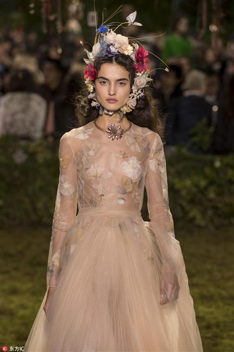 果然继续了她唯美的风格,不过比裙子更抢镜的是那些夸张又美丽的头饰.图片