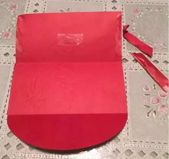 第一步:把红色纸对折,然后剪出灯笼的轮廓,像下面这样.