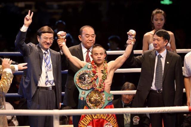 比邹市明低调百倍,中国第一位世界拳王,矿工