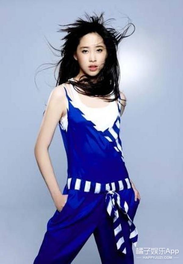 剪了空气刘海的欧阳娜娜更俏皮了!穿上姐姐的潮牌竟然图片