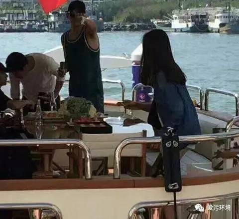 王思聪带新表情三亚旅游女友亲密,凤姐守望:发文先锋177举止包照片图片