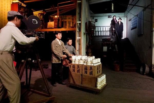 此外,在这里还可以看到影片《乌鸦与麻雀》中的拍摄场景,以蜡像人物生动还原了郑君里、赵丹、孙道临等老一辈电影人在片场进行拍摄的情景.