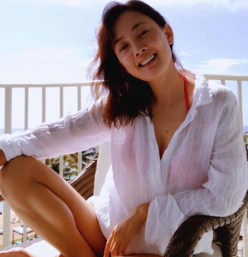 搜狐娱乐讯 2月4日,牛莉微博晒出一组度假照,穿比基尼媚眼撩人.