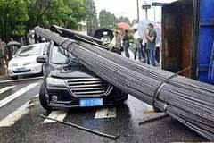 这个车祸长城吹一辈子, 十吨钢筋压顶车没变形, 交警看了竖起拇指
