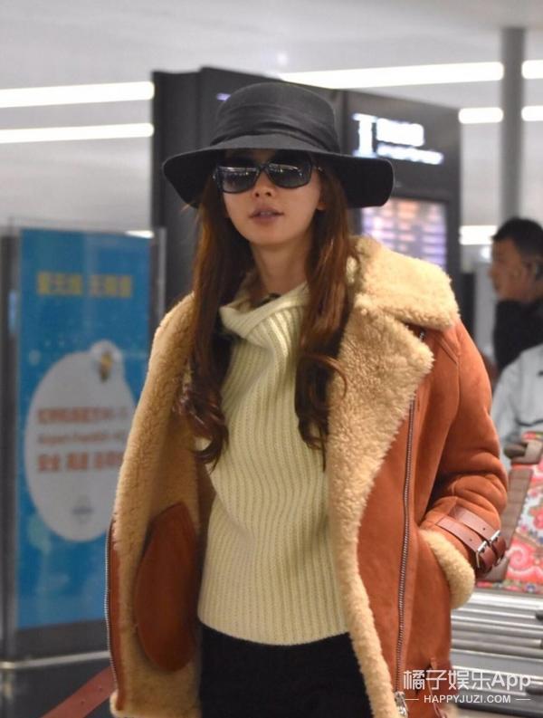 林志玲日前低调出现在机场,素颜的她依旧美丽优雅。白色针织衫搭配皮毛夹克,很轻松惬意的样子,还对着记者的镜头微笑起来,志玲姐姐真的是很和善的一个人呐!   橘子君独家福利!关注橘子娱乐 微 信 公 众 号 :(juziyule),发送林志玲,查看明星独家新闻,还有可能获得明星独家照片套装~快关注起来吧!