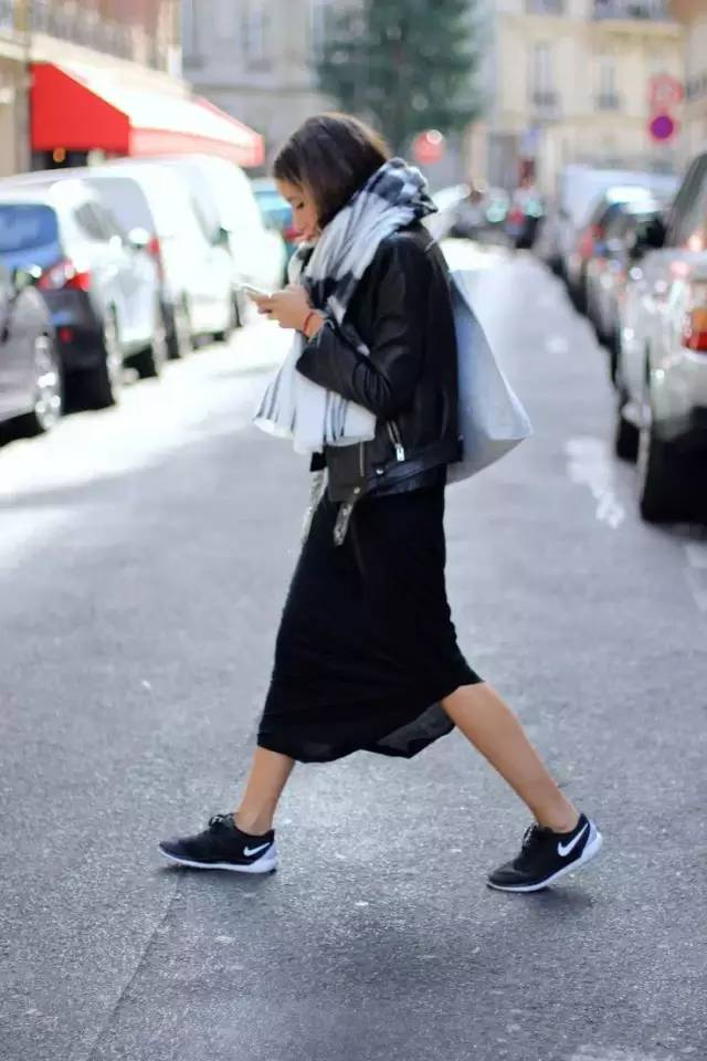 穿搭|裙子+运动鞋,今年春天最潮搭配!