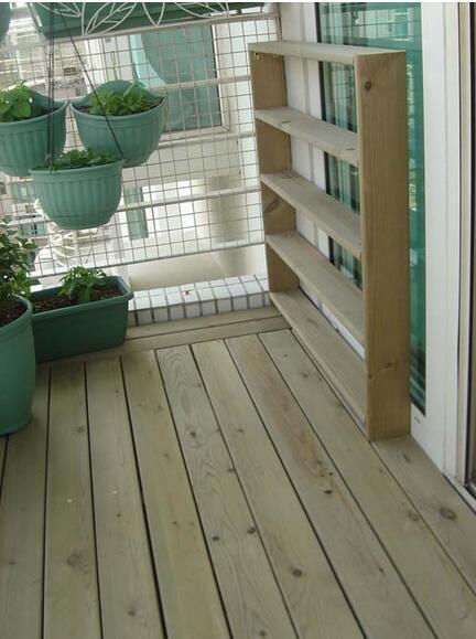 不砸地砖就能给阳台铺防腐木,邻居这法子真是妙啊图片