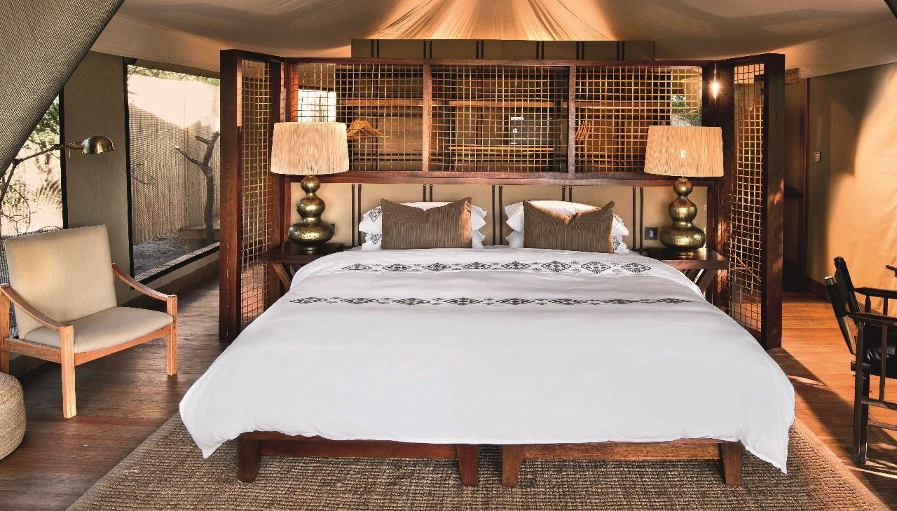 帐篷内部已重新布置,特大号卧床以帆布和皮条制的床头板装饰,床身面向