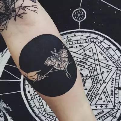 黑色纹身,还真没有那么简单,因为黑色几乎涉及到了任何一种纹身风格图片