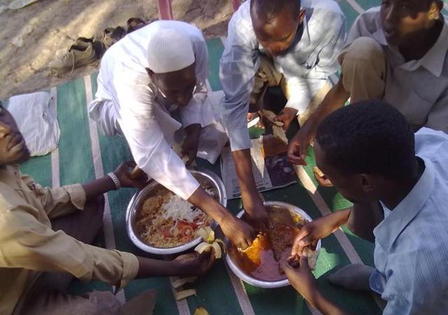 然后直接用手抓,这是非洲人吃饭的方式.图片