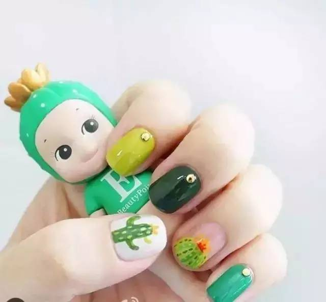 美甲或者是手绘图案,也能为绿色增加靓丽~小细节能让指甲更加优雅