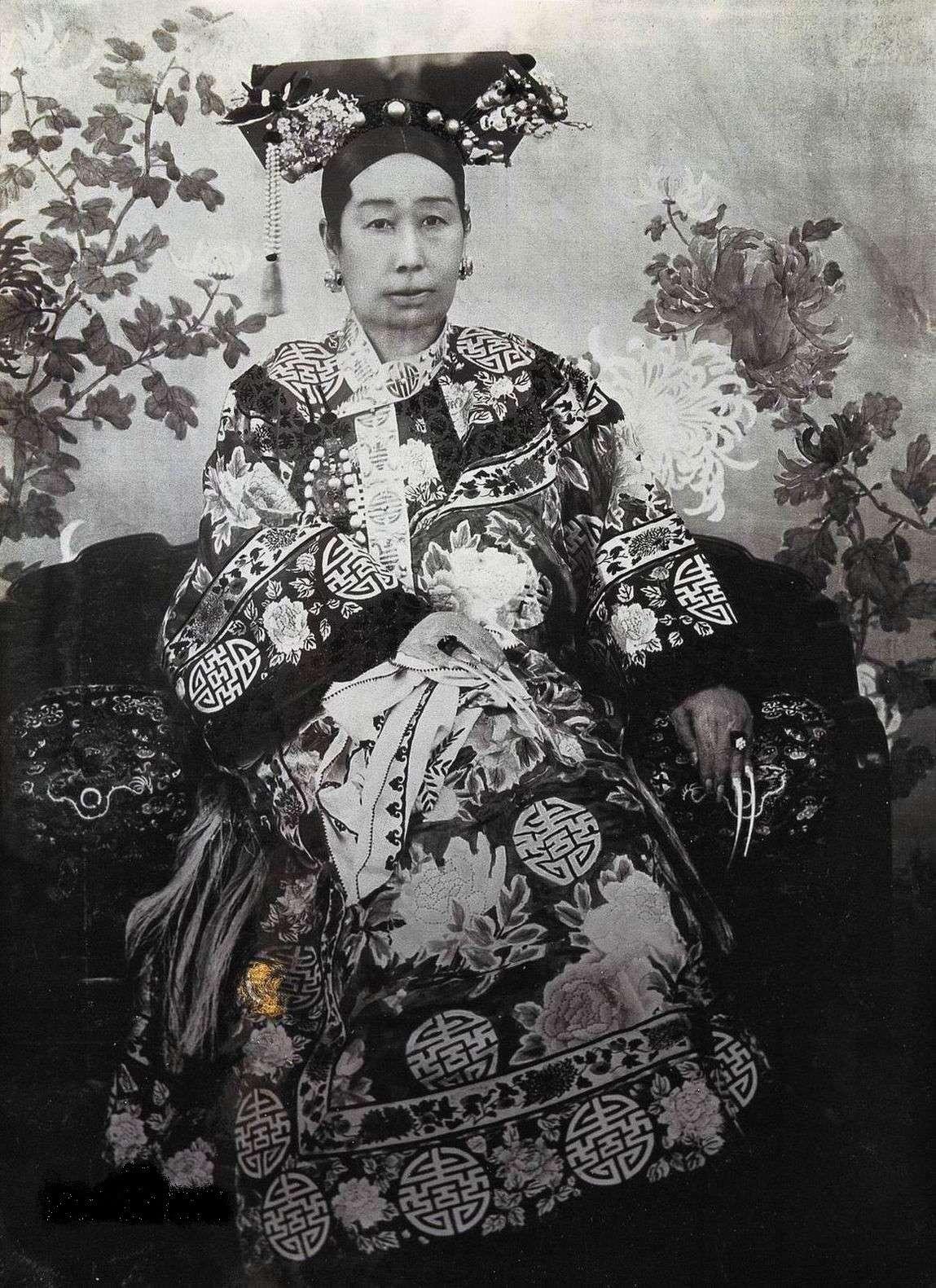 慈安太后年轻的照片_与慈禧四次冲突之后,慈安太后暴毙,真相是?