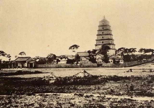 清末西安高清照片,大雁塔墓碑成群,兴善寺如危房