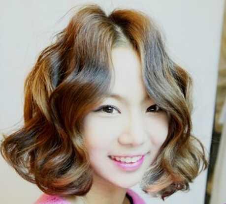 短发女生弄水波纹差不多是这个效果,几个波纹大卷,俏皮又有质感,刘海图片