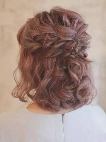 短发的妹子将头发烫成大卷,之后扎个小马尾超显个性,两边留下点碎发图片