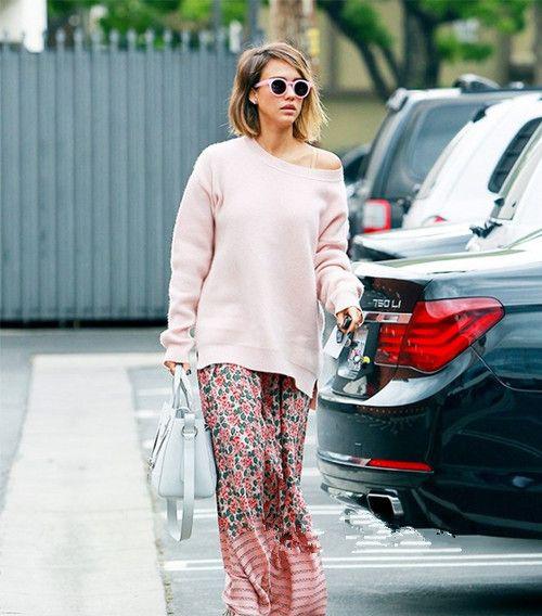 女性露屄�_性感逼人,混搭粉色印花半身长裙,搭配裸色高跟鞋,散发着优雅女人味.