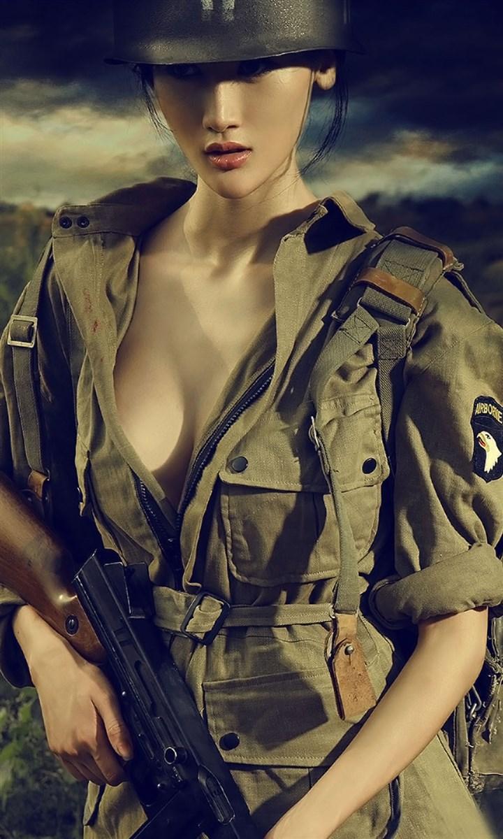 美女战士荷枪实弹,在硝烟中完成美丽瞬间
