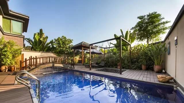 超大游泳池  别墅院子有一温泉一泳池一亭子, 在一片苍翠绿景之中, 泉