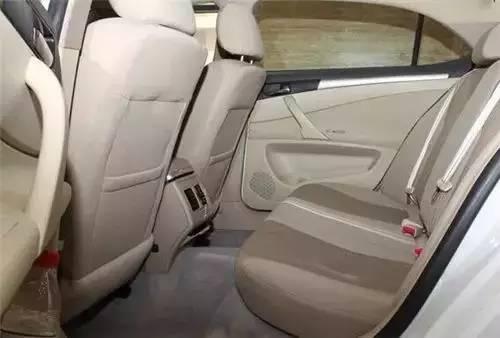 知道汽车后排座位前为什么会有凸起