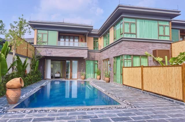 别墅院子有一温泉一泳池一亭子