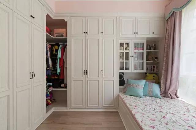 一般是榻榻米摆放在中间,衣柜,书柜摆放在两边,书柜的旁边摆放写字台
