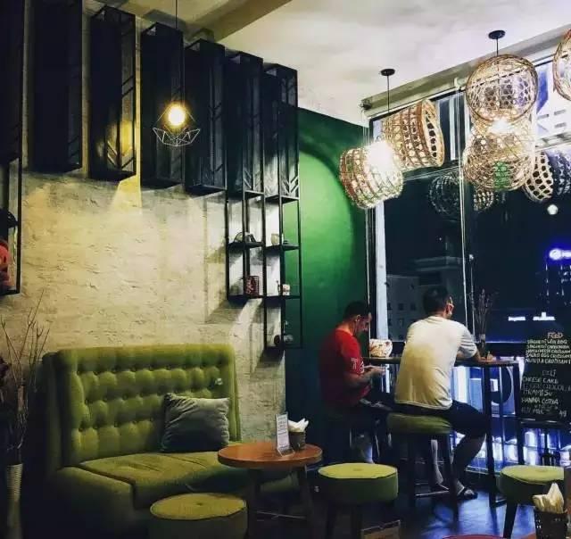 八层的 buihaus café 咖啡厅也是走极简风格,无论从装修到家具摆设图片