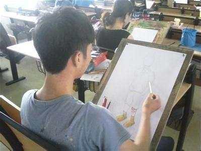 手绘海报带来了创业成功 看这位小伙子的致富创意